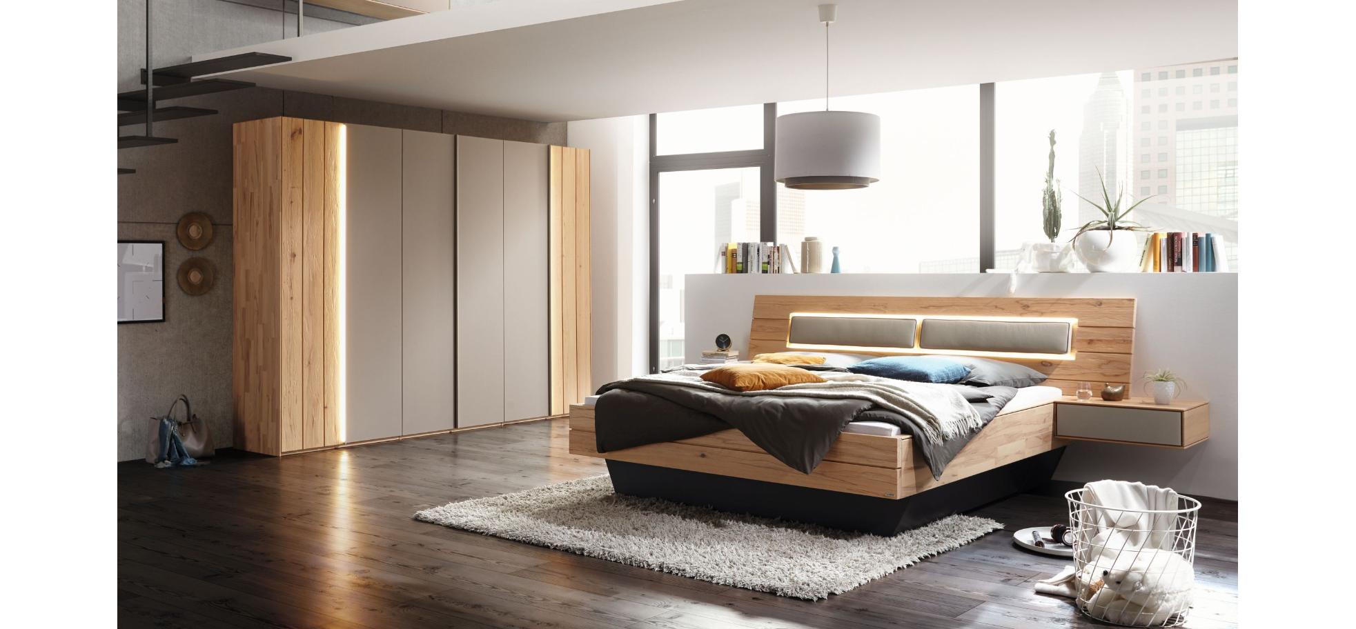 Schlafzimmer in Massivholz mit Glasabsetzungen | Möbelhaus Pohl ...
