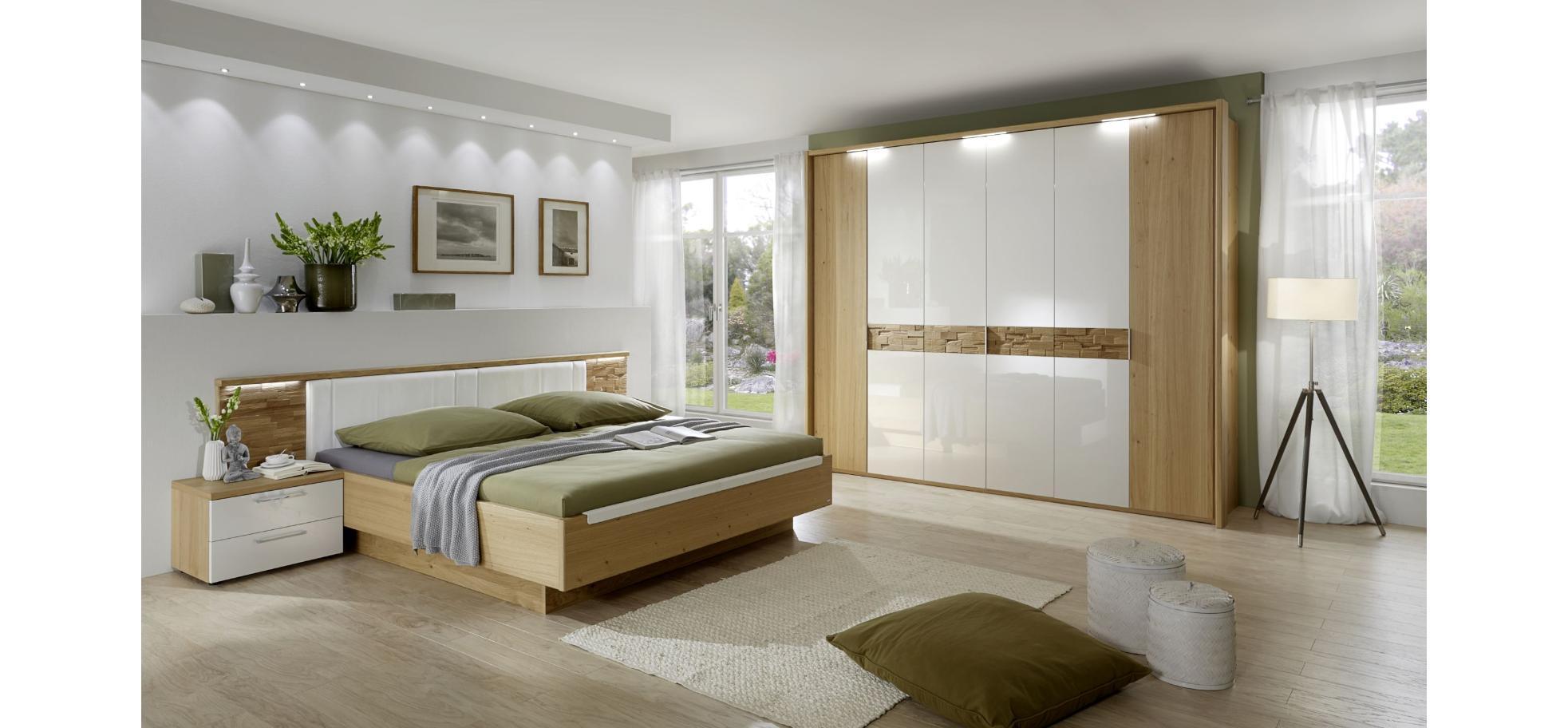 Schlafzimmer in Wildeiche mit Doppelbett und 6türigen Kleiderschrank ...